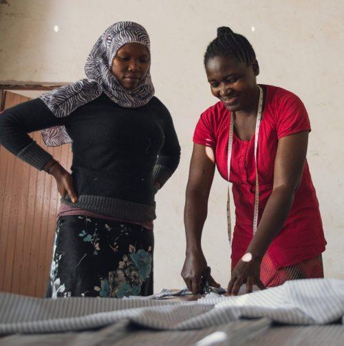 Mama Ismael og Mama Glory klipper tekstiler til undertøy